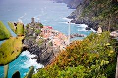 Une ville de côté de falaise chez Cinque Terre Photos stock