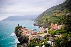 Une ville de côté de falaise chez Cinque Terre Image libre de droits