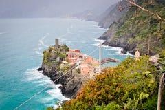 Une ville de côté de falaise chez Cinque Terre Photos libres de droits