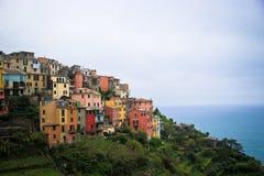 Une ville de côté de falaise chez Cinque Terre Photographie stock libre de droits