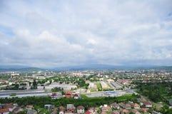 Une ville est en montagnes Photographie stock libre de droits
