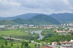 Une ville est en montagnes Images libres de droits