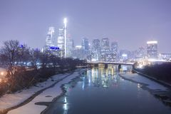 Une ville hivernale la nuit photos libres de droits