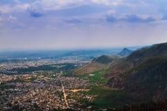 Une ville indienne en colline de pied d'Aravali Images stock
