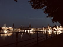 Une ville la nuit photos libres de droits