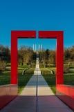 Une voûte rouge encadrant les colonnes de l'axe principal contre un backg Images libres de droits