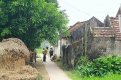 Une voie au village dans une zone rurale dans la campagne du nord du Vietnam photo stock