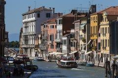 Une voie d'eau occupée à Venise - en Italie Photos stock