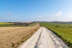 Une voie par les bas du sud dans le Sussex images stock