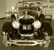 Une voiture ancienne bien conservée dans une vieille salle d'exposition classique Photographie stock libre de droits