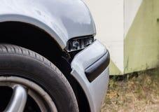 Une voiture avec un pare-chocs avant cassé, se ferment, accident photos libres de droits
