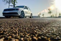 Une voiture blanche de luxe sous le soleil évase Images libres de droits