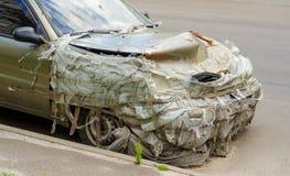 Une voiture cassée sur la rue images stock