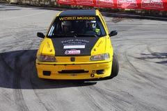 Une voiture de course de Peugeot 106 impliquée dans la course Images stock