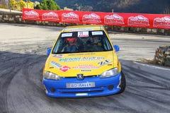 Une voiture de course de Peugeot 106 impliquée dans la course Image libre de droits