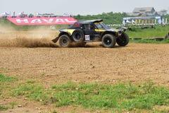 Une voiture de course roulant à une grande vitesse Photographie stock libre de droits