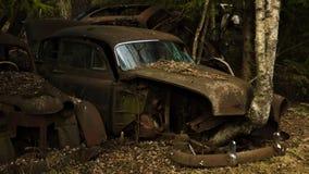 Une voiture de cru dans le chantier de ferraille dans la forêt suédoise images libres de droits