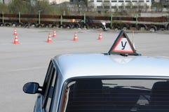 Une voiture de formation avant une commande d'essai dans une auto-école photos stock