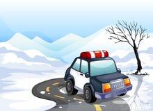 Une voiture de patrouille dans la terre neigeuse Images stock