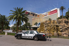 Une voiture de police se repose devant l'hôtel de mirage à Las Vegas photographie stock libre de droits