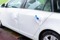 Une voiture l'épousant de couleur blanche avec une décoration bleue des fleurs photos stock