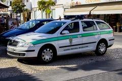 Une voiture portugaise de police de garde nationale a garé dans Albuferia images stock