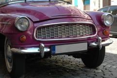 Une voiture rose foncée intéressante dans la République Tchèque Image stock