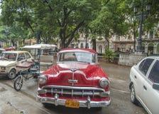 Une voiture rouge lumineuse de vintage a garé en Havana Cuba Photo stock