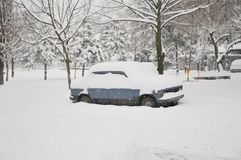 Une voiture sous la neige Image libre de droits