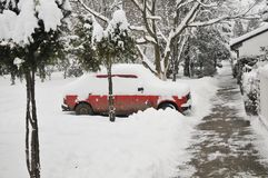 Une voiture sous la neige Image stock