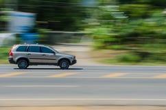 Une voiture sur la route. Photographie stock