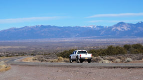 Une voiture sur la route en Arizona Photographie stock libre de droits