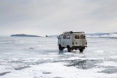 Une voiture sur le lac Baïkal congelé Photo stock
