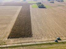 Une voiture traversant une route de campagne, vue aérienne tous terrains d'une voiture voyageant un chemin de terre par les champ Image libre de droits
