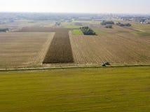 Une voiture traversant une route de campagne, vue aérienne tous terrains d'une voiture voyageant un chemin de terre par les champ Images libres de droits