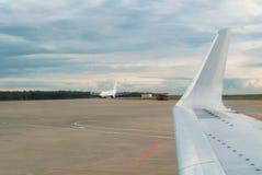 Une vue à la piste d'aéroport avec des WI d'un avion et d'avions d'atterrissage Image stock