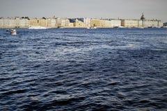 Une vue à la rivière de Neva images libres de droits