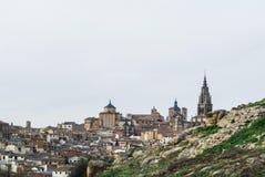 Une vue à la vieilles ville et cathédrale de Toledo d'un point de vue au-dessus de la colline aux environs de la ville Image libre de droits