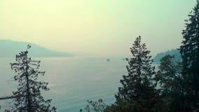 Une vue à travers l'admission de Burrard de Vancouver du nord avec le ciel obscurred avec de la fumée des incendies de forêt banque de vidéos