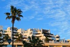Une vue à un bâtiment de station de vacances au bord de la mer avec des palmiers la soirée ensoleillée, Torremolinos Image libre de droits