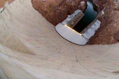 Une vue élevée et grande-angulaire de la barrière de ciment de barrage de Hoover photo stock