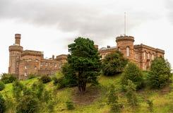 Une vue étroite scénique de château d'Inverness, Ecosse image stock