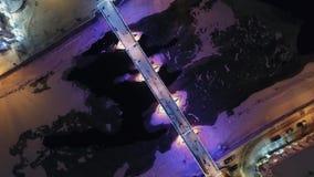Une vue aérienne étonnante de pont de conte de fées de nuit dans la ville avant Noël, Uzhgorod, Ukraine banque de vidéos
