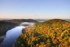 Une vue aérienne d'un ballon à air chaud flottant au-dessus du côté de pays du Vermont Image libre de droits