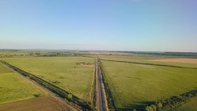 Une vue aérienne d'une arroseuse agricole dans un domaine de pastèque clips vidéos