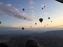 Une vue aérienne de lever de soleil turc du ballon à air chaud images libres de droits