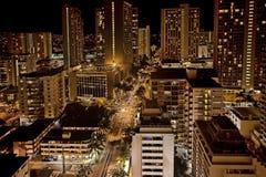 Une vue aérienne de nuit de Honolulu, Hawaï photos stock