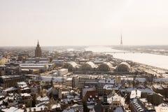 Une vue aérienne de Riga avec le gâteau d'anniversaire du ` s de Stalin dans la distance photos stock