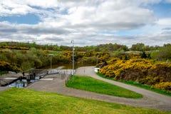 Une vue au canal se reliant des syndicats de serrure avec le dessus de l'ascenseur de bateau de roue de Falkirk images stock