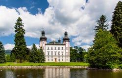 Une vue au château de Vrchlabi de l'étang, République Tchèque Image libre de droits